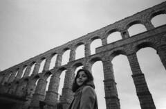 Acueducto, Segovia (marioandrei) Tags: acueducto segovia ilford hp5 ei1600 contax g2 zeiss biogon t 2821mm kodak hc110