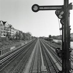 Signal S-Bahn Berlin Neukölln 21.4.2019 (rieblinga) Tags: berlin neukölln sbahn signal siegfriedstrase 2142019 analog rollei 6008 ilford fp4 sw adox rodinal 150