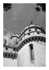 Le château de Pierrefonds - Oise (DavidB1977) Tags: france picardie hautsdefrance oise pierrefonds monochrome bw nb fujifilm x100f château tour statue