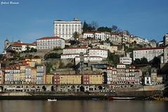 Casas junto al Duero - Oporto (Gabriel Bermejo Muñoz) Tags: oporto porto portugal douro duero gaia rio riodouro rioduero river douroriver vilanovadegaia ribeira barcas embarcaciones boats city ciudad patrimonio unesco heritage unescoheritage gabrielbermejomuñoz house casas colores fachada facade patrimoniodelahumanidad worldheritagesites worldculturalheritage luz light houses orilla bank reflejo reflection reflecting reflejos reflect cieloazul bluesky quintadafoz postal postcard ribeiradoporto europa europe
