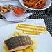 Foodinfluencer postet Instagrambild vom gesunden Abendessen beim Italiener, mit Lachfilet, Kräuterdip, Süßkartoffelpommes und Salat
