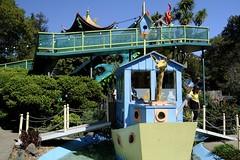 Children's Fairyland Theme Park, Adams Point, Oakland (takasphoto.com) Tags: childrensfairylandthemepark adamspoint oakland amusementpark california childrensfairyland childrensfairylandusa citybeautifulmovement disneyland frankoz lakemerritt ruthasawa unitedstates usa waltdisney alamedacounty bayarea eastbay lago lake northerncalifornia sanfranciscobayarea sfbay sfbayarea 1655mm f28 xf xflens xf1655mmf28rlmwr apsc cmos4 fuji fujixt3 fujifilm fujifilmxt3 mirrorless xt3 xtrans フジフィルム boy children criança enfant girl kid kids niña niño 子供 孩子