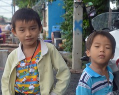 brothers (the foreign photographer - ฝรั่งถ่) Tags: two brothers boys kids khlong lard phrao portraits bangkhen bangkok thailand nikon d3200