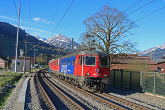 SBB 620 082-8 & 420 349-3 (Keith Valla) Tags: sbb re 66 620 0828 11682 44 420 3493 11349 pass through reichenbach ik with lengthy northbound freight
