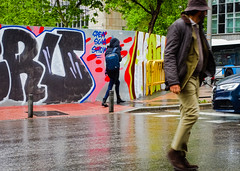 Looking back. (Lea Ruiz Donoso) Tags: lluvia rainfall rain atardecer street calles madrid spain 2019 sony people carretera city ciudad urbana grafitis