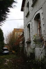 Ambiance ... (Raphael Drake) Tags: abandonne abandoned urbex rurex decay decayed maison house peugeot 405 break epave voiture wreck car