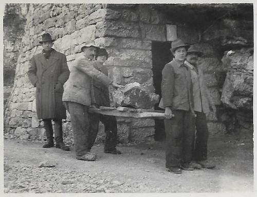 Rifugio antiaereo a S. Rocco 1944-1945. Da sin. Vittorio Marzari (padre di Adolfo). Giuseppe Vicentini (padre di Valentina). Guido Vicentini (zio di Walter). Enrico Lasta (papà di Badoch Palmira )