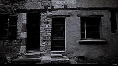 At 21, door (right or left) ? (Un jour en France) Tags: noiretblanc noiretblancfrance entrée porte 21 lassassinhabiteau21 canonef1635mmf28liiusm canoneos6dmarkii door