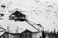 Edificios de montaña - Mountain buildings (jmpastorg) Tags: nieve snow montaña mountain sierranevada granada byn bw blancoynegro blackandwhite blanco white negro black 2019 1750 españa spring primavera