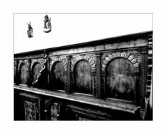 ... where the monks used to sit ... (Armin Fuchs) Tags: arminfuchs würzburg lavillelaplusdangereuse stburkardus bench diagonal huawei smartphone church sculptures wood