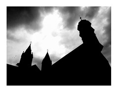 monastère médiéval (Armin Fuchs) Tags: arminfuchs würzburg lavillelaplusdangereuse stburkardus monastery medieval silhouette sky clouds birds animals huawei smartphone
