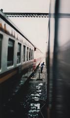bkk station (MatteoDiEffe) Tags: matteodieffe matteodf bangkok train worker streetshot streetphoto 35mm 35mmfilm 35mmstreetphoto yashicafx350mm bkk thailand ayutthaya changmai