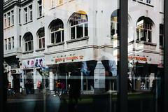 Essen & Trinken (Art de Lux) Tags: lübeck deutschland germany restaurant essen trinken eat drink fenster window spiegelung reflection strase street fusgänger pedestrian city stadt artdelux mft microfourthirds summilux