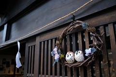 奈良井宿 - Narai-juku (tsuruta yosuke) Tags: lenstagger 塩尻市 長野県 日本 nagano naraijuku 奈良井宿 jp japan shiojiri oldtown old oldstreet fujifilm xpro2 brown craft bird shop entrance cosina voigtlander 21mm