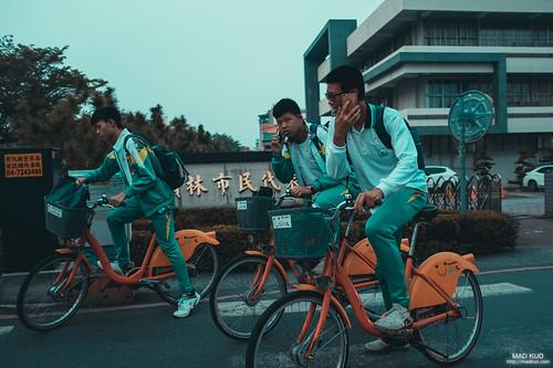 學生們,但除了走路的學生外,他們全騎ubike...一點都不蝦趴...ubike那遜斃了的外觀在以前應該沒有男生想騎,想當年就是要騎前後雙避震的腳踏車+牛角+火箭炮阿!我想現在是比誰的手機新款才潮吧。 時光匆匆。