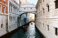 Ponte dei Sospiri (mkk707) Tags: film analog 35mmfilm nikonfm2n voigtländerultron40mmf2sliiasph kodakektar100 wwwmeinfilmlabde nikonultronstyle venice italy