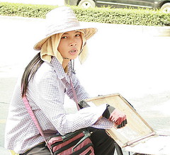 pretty  lottery ticket vendor (the foreign photographer - ฝรั่งถ่) Tags: pretty lottery ticket vendor hat bicycle phahoyolthin rx100 bangkhen bangkok thailand canon