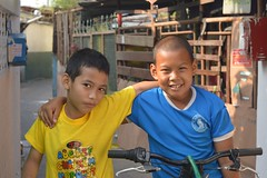 bicycle buddies (the foreign photographer - ฝรั่งถ่) Tags: two boys bicycle khlong lard phrao portraits street bangkhen bangkok thailand nikon d3200