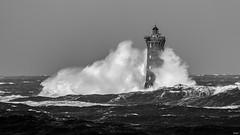 La traîne de la mariée (Gaw') Tags: phare lighthouse bretagne brittany storm tempete wave vagues noiretblanc monochrome eau ocean ecume sea mer