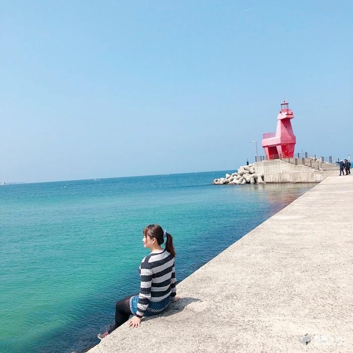 【韓國旅遊】濟州島景點│梨湖海灘 紅白小馬燈塔이호테우해변말등대│IG熱門景點 @魚樂分享誌