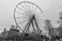 Disassembly of the Ferris wheel (Alexis2k) Tags: novosibirsk новосибирск пкиоцентральный колесообозрения разбор чб bw blackandwhite