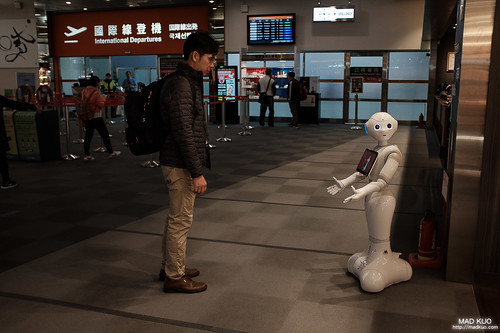 松山機場,只要有人就會做出反應的機器人。