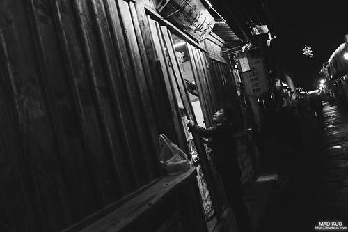 在烏鎮上,他們關店門也是保持古老的方式,使用一根根的本條擋住門口,不是很出戲的鐵門一拉就算了,可惜烏鎮沒拍到,想不到在紹興的書聖故里拍到了。