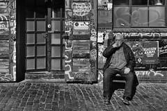 Klassenkampf.jpg (Deinert-Photography) Tags: streetfotografie deutschland street schwarzweis mann blackwhite schwarzweiss fujifilmxt3 fujifilm23mmf14 hamburg citylife