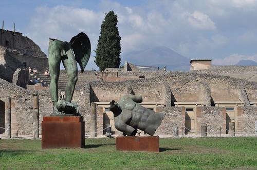Igor Mitoraj (1944-2014) , quadriportique puis caserne des gladiateurs, Pompéi, Campanie, Italie.