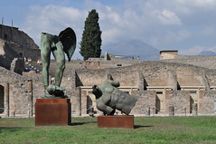 Igor Mitoraj (1944-2014) , quadriportique puis caserne des gladiateurs, Pompéi, Campanie, Italie. (byb64 (en voyage jusqu'au 30)) Tags: naples neapel napoli nápoles campanie kampanien campania cittàmetropolitanadinapoli italie italy italia italien europe europa eu ue unesco unescoworldheritagesite patrimoinemondial pompéi pompei ruines ruinas ruins gladiateurs caserne caserna pompeii quadriportique porticuspostscænam igormitoraj sculpteur sculpture escultura statua estatua bronze bronzo италия неаполь игорьмиторай кампания pompeji pompeya pompeiantica помпеи