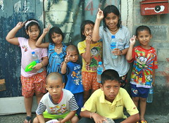 girls wet, boys dry (the foreign photographer - ฝรั่งถ่) Tags: eight children kids songkran khlong thanon portraits bangkhen bangkok thailand canon