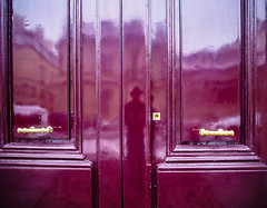 DoorClosed.jpg (Klaus Ressmann) Tags: klaus ressmann omd em1 color door fparis france snow winter flicvarious red reflection klausressmann omdem1