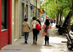 Las calles de Madrid (T.I.G. Foto Digital) Tags: españa ciudad nikon calles callejeando paseo paseando gente camino urbano mujeres madrid