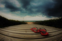 A cloudy day is not excuse enough for not having a barefoot walk at the beach :-) (alestaleiro) Tags: havaianas hawaianas sandals ojotas redsandals barefoot beach playa strand red sandaliasrojas praiadoestaleiro cludy nublado nubes nuvens núbole sc santa catarina brasil brazil