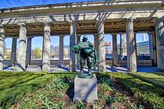 "Berlin - Museumsinsel, Skulptur ""Gerettet"" (www.nbfotos.de) Tags: berlin museumsinsel altenationalgalerie kolonnadenhof gerettet statue skulptur sculpture"