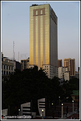 EDIFICIO LA PREVISORA. THE PREVISORA BUILDING. GUAYAQUIL-ECUADOR. (ALBERTO CERVANTES PHOTOGRAPHY) Tags: theprevisorabuilding edificiolaprevisora building torre tower laprevisora previsora guayaquil ecuador guayas republicadelecuador streetphotography photography guayaquilecuador gye ecuadorgye gyeecuador indoor outdoor blur photoborder photoart art creative banco bank tree window sky skyline cityscapes landscapes skyscraper sunset dusk twilight colorlight luz light color colores colors retrato portrait brillo brightcolors bright