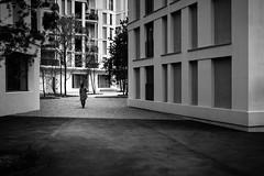 hip to be square (gato-gato-gato) Tags: black white schwarz weiss bw blanco negro monochrom monochrome blanc noir streetphotography street strasse strase onthestreets streettogs streetpic streetphotographer mensch person human pedestrian fussgänger fusgänger passant schweiz switzerland suisse svizzera sviss zwitserland isviçre fuji fujifilm fujix x100 x100p pointandshoot autofocus digital