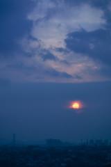 Orb in the Sky (bdrc) Tags: malaysianphotographer sony sonyalpha sonyimages sonyuniverse asdgraphy mirrorless alphauniversemy alphauniverse sonyalphamy sonyalphauniverse sonymalaysia a7iii a7m3 fullframe city urban petalingjaya malaysia vivitar 135mm f28 tele prime manual legacy evening sunset sky cloud haze smog sun blue