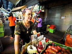 Bangkok Yaowarat Chinatown-3270121 (Neil.Simmons) Tags: bangkok thailand yaowarat china town chinatown market streetphotography candid laowa 75mm wa f2 ultra wide angle vendor crab apples crabapples cart