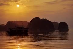 Baie d'Han La - lever de soleil 5 (luco*) Tags: vietnam baie bay han la rochers rocks karst karstiques lever de soleil sunrise bateau boat mer sea flickraward flickraward5