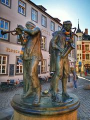 The Wind Players (Mike Bonitz) Tags: deutschland germany sachsenanhalt saxonyanhalt quedlinburg stadt city marktplatz marketplace statue kunst art musiker musicians instagram huaweip20