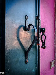 In love con Burano (Perurena) Tags: ventana window asa agarradero corazón heart luz sombra light shadow pared wall casa house burano venecia veneto italia