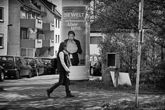 OKSF 281 (Oliver Klas) Tags: okfotografien oliver klas street streetfotografie streetphotography strassenfotografie streetart streetphotographer streetphoto stadtleben streetlife streetculture urban schwarzweis schwarzweissfotografie blackandwhite monochrom farblos abstrakt dunkel hell grau schwarz weiss black white sw schwarzweiss personen people menschen persons volk familie angehörige bewohner bevölkerung leute europäer mann frau gesellschaft menschheit mensch völker kunst art künstler kultur deutschland germany stadt city europa deutsch staat westdeutschland ostdeutschland norddeutschland süddeutschland