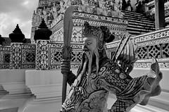 Wat Arun (gerard eder) Tags: world travel reise viajes asia southeastasia thailand bangkok watarun temple templos tempel buddha buddhism sw blackandwhite blackwhite blancoynegro whiteblack whiteandblack monochrome sculpture skulptur escultura sacral sacralbuilding