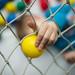Kleinkind schiebt den Ball druch das Netz