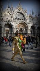 Carnevale 2019. (pjarc) Tags: europe europa italy italia veneto venetian venice venezia venedig sanmarco carnevale carnival costume maschera masques foto photo colori colors uomo man peoples moment nikon dx 2019
