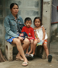 mother with children (the foreign photographer - ฝรั่งถ่) Tags: mother children khlong thanon portraits street bangkhen bangkok thailand canon