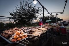 Cambogia - Street food al chiaro di Luna. (iw2ijz) Tags: personeperson people bancarelle gente viaggio travel trip nikon reflex d500 night notte streetfood cambodia cambogia bynight notturno market mercato kyunghyu