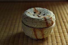 Encensoir pour spirales, motif d'ume, argile shigaraki cuite façon Bizen (wara)