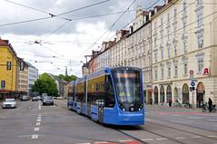 Nach erfolgten Bremsfahrten in der Hauptwerkstätte kehrt T3-Wagen 2753 wieder in den Betriebshof zurück. Hier überquert der Dreiteiler gerade die Kreuzung an der Haltestelle Grillparzerstraße (Frederik Buchleitner) Tags: 2753 avenio munich münchen probefahrt siemens strasenbahn streetcar twagen t3 tram trambahn